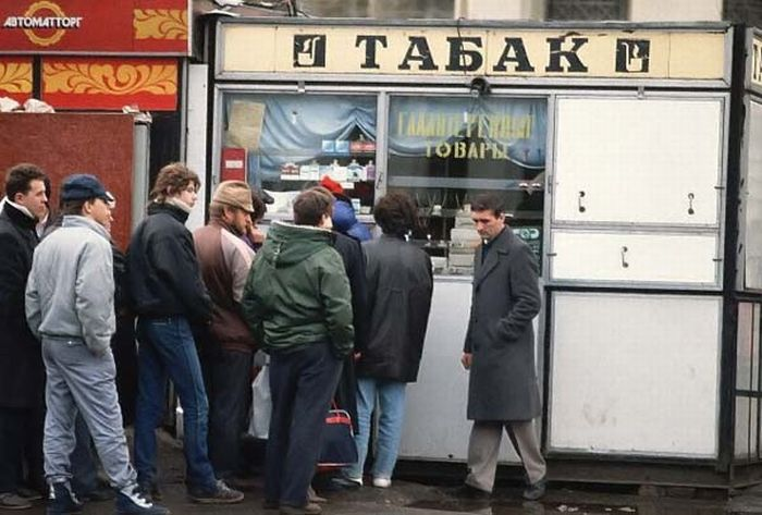 Lines for tobacco, Moscow, ca 1990